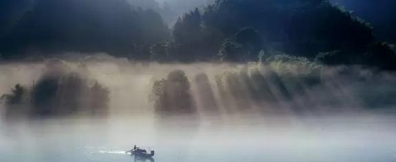 近日,湖南省资兴东江湖风景旅游区荣获2015中国旅游总评
